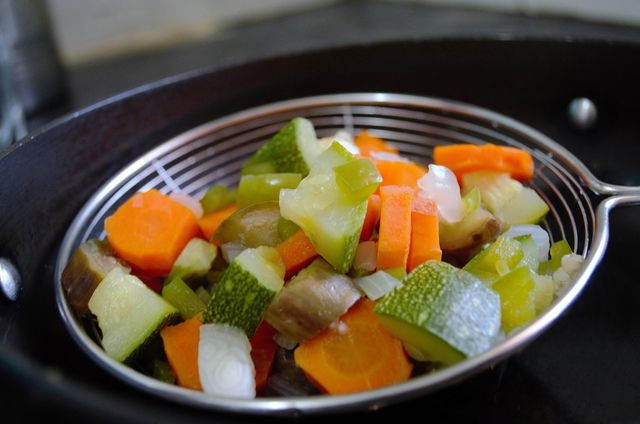 Blanchieren ist eine besonders schonende Zubereitungsart, bei der viele Nährstoffe erhalten bleiben.