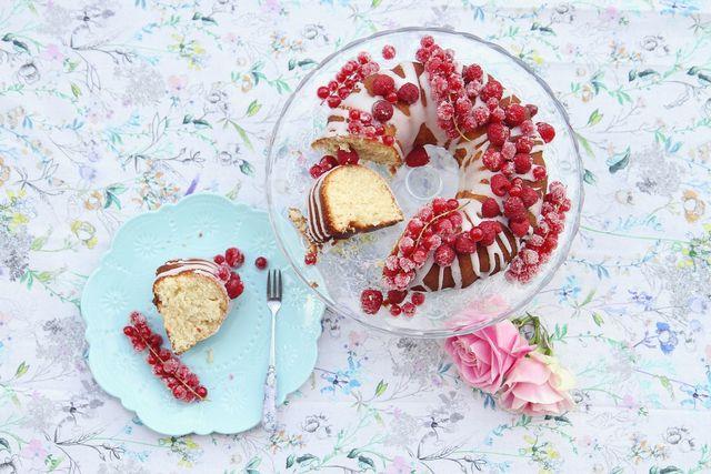Der Napfkuchen schmeckt im Sommer auch mit Beeren und Zuckerguss köstlich.