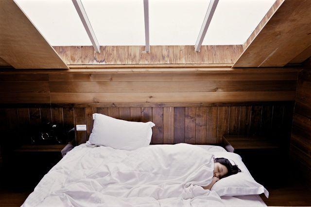 Wenn du früh aufstehen willst, solltest du auch darauf achten, früh genug ins Bett zu gehen, um einem Schlafmangel vorzubeugen.