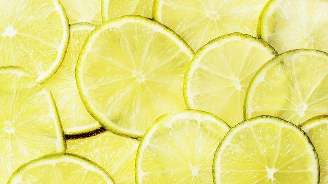 Zitronen und andere Zitrusfrüchte solltest du unbedingt in Bio-Qualität aus Italien oder Spanien kaufen. So vermeidest du lange Transportwege und damit verbundene Umweltbelastung.