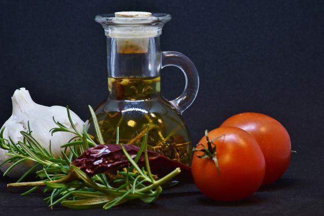 Knoblauchöl selber machen - mit unserem Rezept geht es ganz leicht.