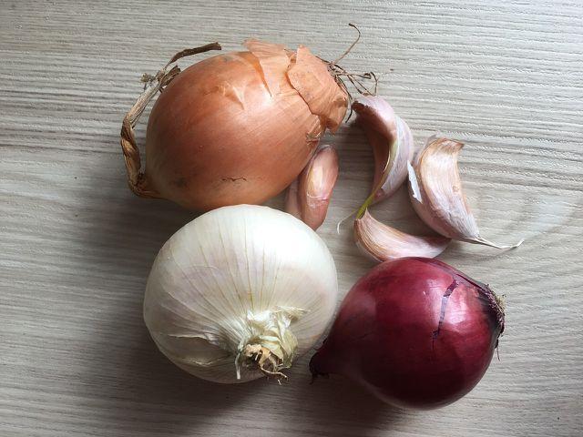 Rote Zwiebeln sorgen für Farbe im Essen.