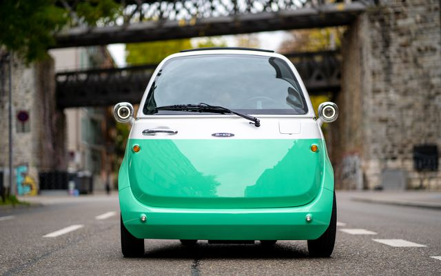 Microlino-Elektroauto in Mint/Weiß: die Elektro-Isetta ist eigentlich ein Quad