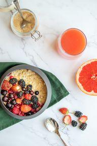 Ein Baked Oatmeal kannst du je nach Vorlieben und saisonalem Angebot mit unterschiedlichen Früchten zubereiten.