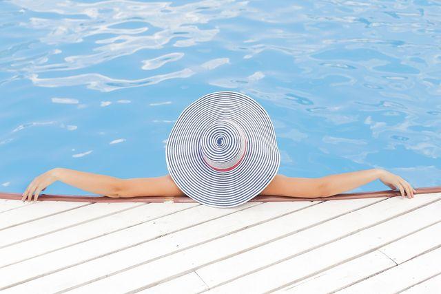 Kopfbedeckungen schützen vor Sonnenstichen.