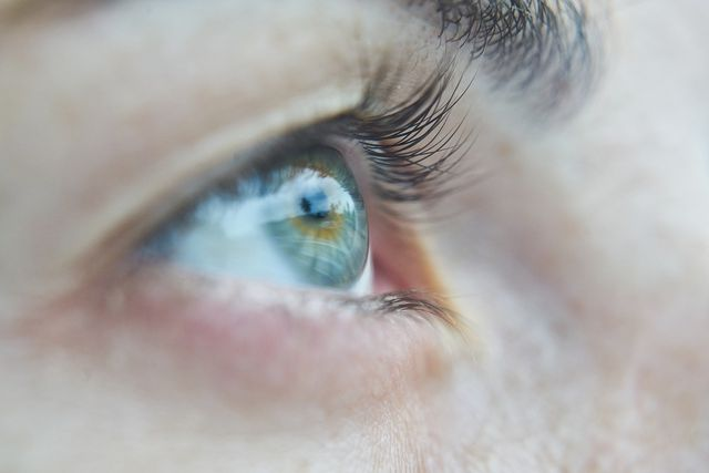 Bei Verunreinigungen der Hornhaut kann eine Augenspülung mit der Augendusche schnelle Linderung verschaffen.