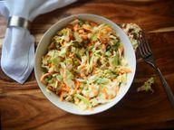 Du kannst Wassermelonenschale reiben und unter Salat mischen.