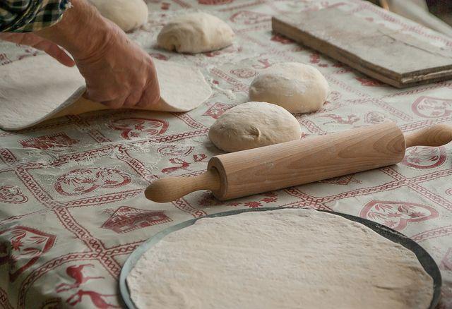 Mit Dinkelmehl kannst du leckeren Pizzateig und Brote backen.
