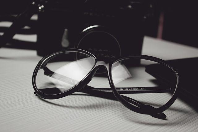 Polycarbonat nutzt man zum Beispiel für Brillengläser.