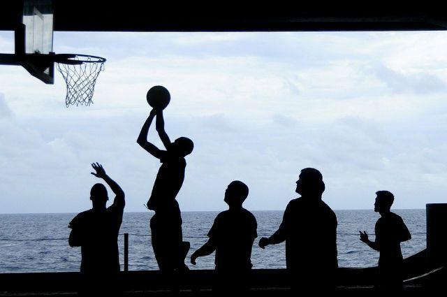 Am besten kombinierst du in deiner Me Time mehrere Faktoren. Zum Beispiel kannst du dich draußen mit Freunden treffen und Basketball spielen.