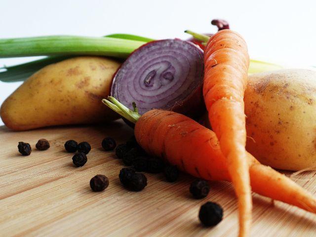 Ergänze die Lauchcremesuppe mit Gemüse, das du gerade zur Hand hast.