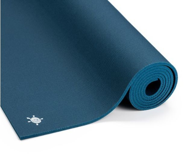 Die Kurma Grip-Yogamatte sorgt für einen festen Halt.