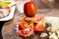 Mit Zwiebeln, Knoblauch und frischen Tomaten wird die vegetarische Bolognese schön würzig.