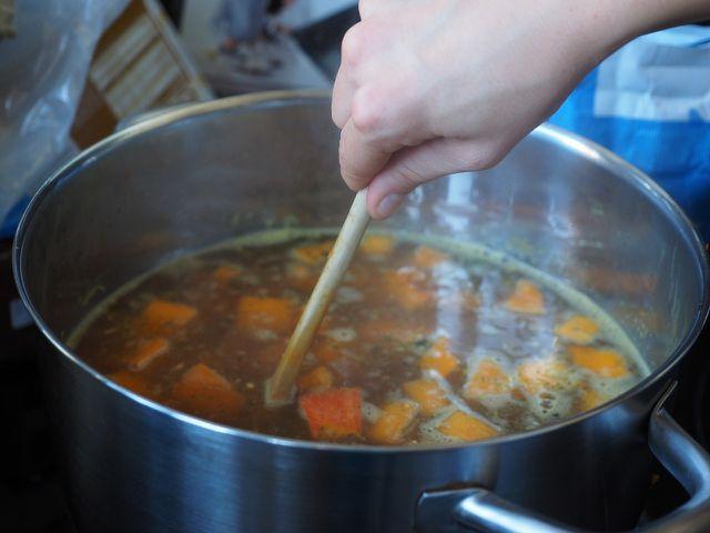Du kannst Gemüsebrühe entweder direkt zubereiten oder dir eine Brühpaste anrühren, die du für Suppen, Saucen & Co. verwenden kannst.