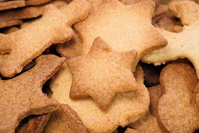 Plätzchen verzieren mit Schokolade oder Zuckerguss.