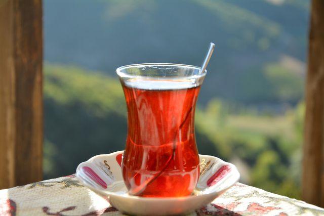 Erst im Glas mischt du das Teekonzentrat mit heißem Wasser.