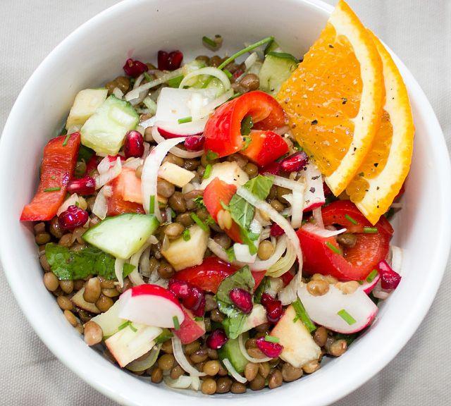 Salate mit Linsen, Bohnen & Co. machen satt und enthalten viele wichtige Nährstoffe für die Stillzeit.