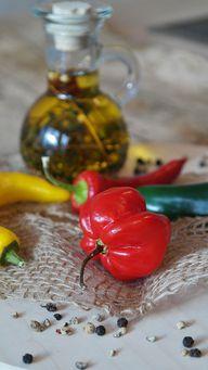 Chili, Öl und Pfeffer als Variation für eingelegte Zitronen.