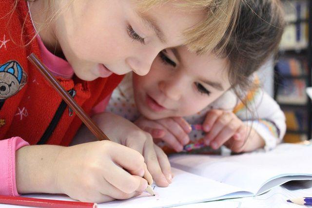 In diesem Beitrag stellt die Sendung mit der Maus zwei nachhaltige Schulen vor.