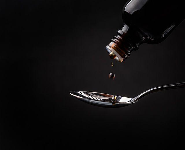 Bei Erkältungen solltest du zwei- bis dreimal am Tag einen Esslöffel Spitzwegerich-Hustensaft trinken.