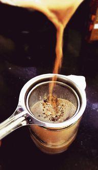 Der Chai wird nach dem Kochen durch ein Sieb in die Gläser gefüllt.