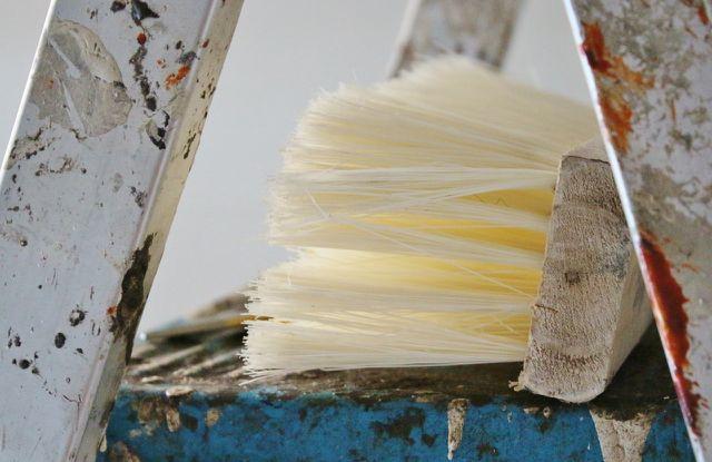 Leiter und Malerquast helfen dir beim tapezieren.
