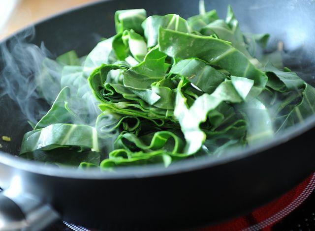 Eine leckere Gemüsebeilage: gebratener Mangold.