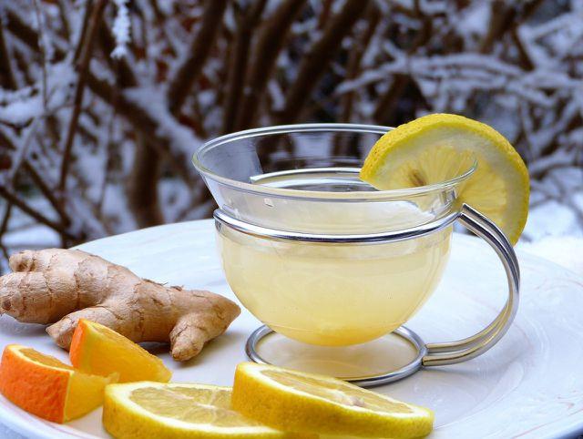 Eine heiße Zitrone mit Ingwer-Sirup wärmt und ist gut für den Hals.