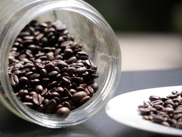 Furan kann in geröstetem Kaffee vorkommen.
