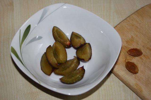 Für die Zwetschgenmarmelade musst du die Früchte in kleine Stücke schneiden.