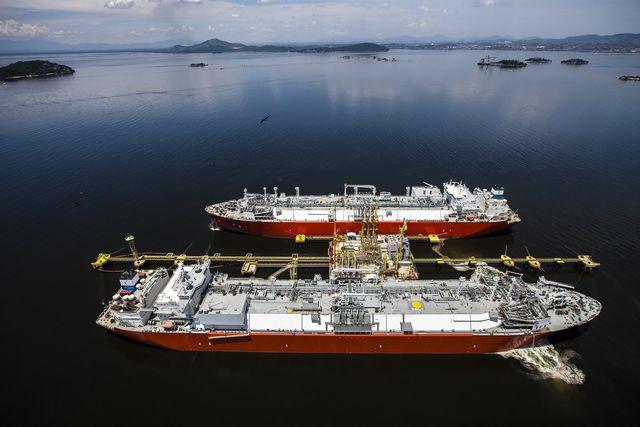 Tanker transportieren das Erdgas über die Ozeane.