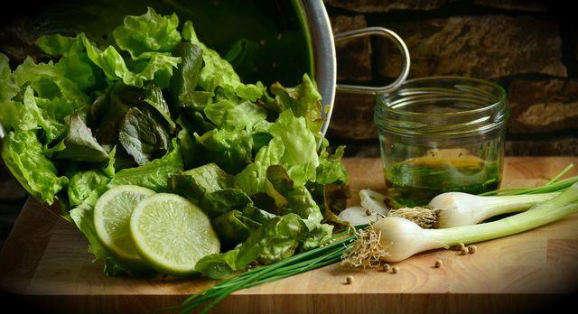 Grüner Salat schmeckt am besten mit selbst gemachtem Dressing.
