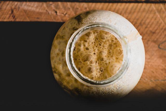 Wenn du Brot ohne Hefe backen willst, eignen sich Sauerteigrezepte.