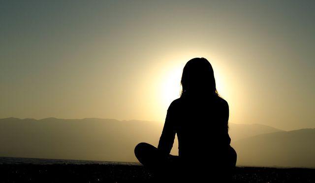 Schon durch drei bis fünf Minuten Meditation am Tag können dir helfen, im richtigen Moment die Ruhe zu bewahren.