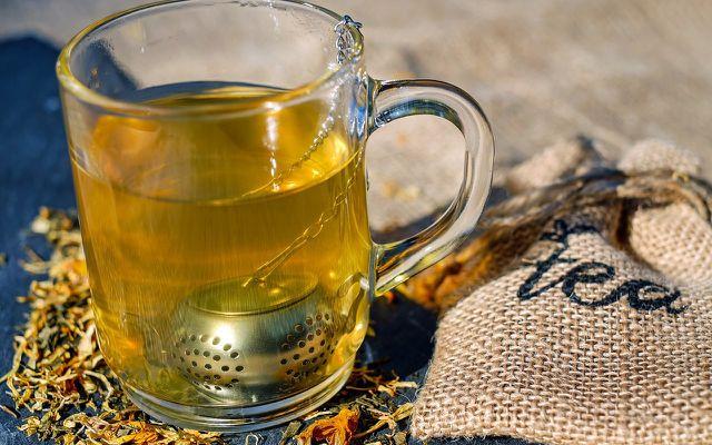 Mit Löwenzahnwurzel kannst du Tee oder auch Essig herstellen