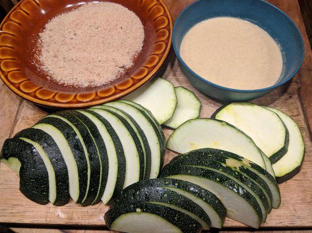 Für panierte Zucchini brauchst du Mehl, Wasser und Semmelbrösel.