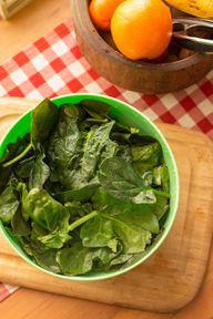 Fruchtige Kombinationen mit Spinatsalat: Beliebt sind Orangen, Erdbeeren, Himbeeren oder Pfirsich