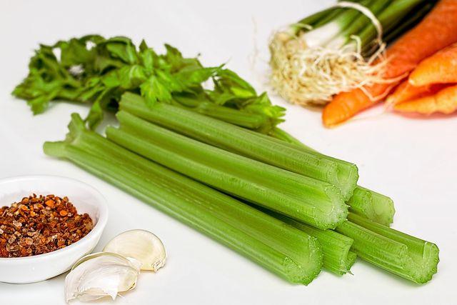 Sellerie hat kaum Kalorien - Fett verbrennst du bei der Verdauung trotzdem nicht.