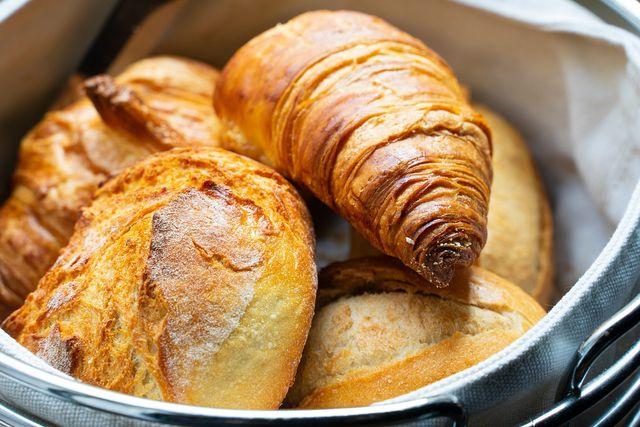 Du kannst Brötchen oder Croissants selber backen für das Muttertagsfrühstück.