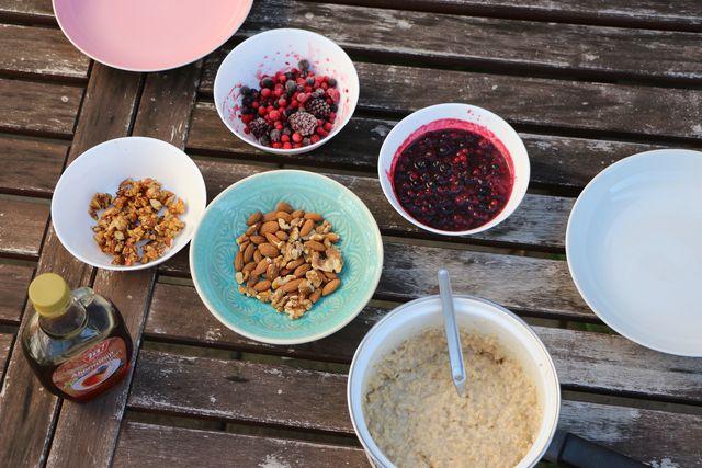 Porridge lässt sich aus vielen verschiedenen Getreidesorten und Flocken zubereiten und auch bei den Toppings sind der Phantasie keine Grenzen gesetzt.