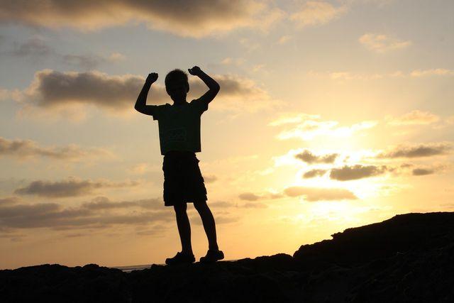 Halte dir deine Erfolge vor Augen, um dein Selbstbewusstsein zu stärken und sorgenfreier zu leben.