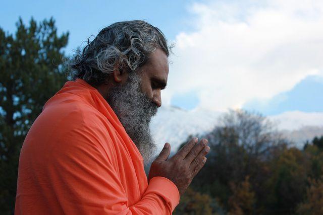 In seiner ursprünglichen Form waren Körperübungen im Yoga nicht von großer Bedeutung. Im Mittelpunkt standen Meditation und Selbsterkenntnis.