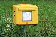 Auch ohne echt Briefmarke kannst du deine Post in den Briefkasten werfen.