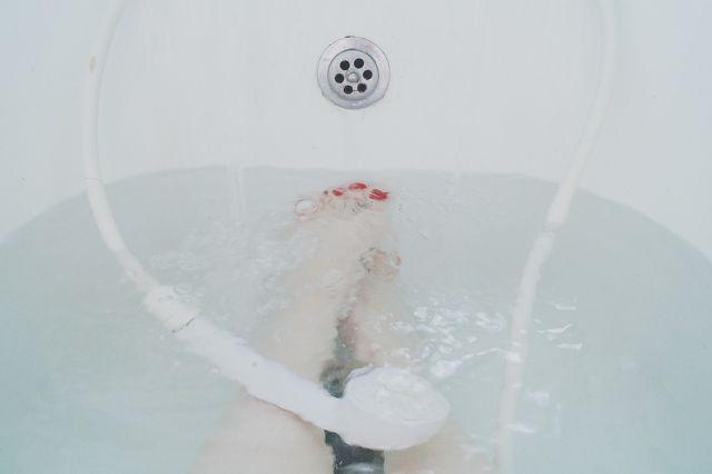Beim Baden in der Schwangerschaft solltest du besonders auf die Temperatur des Badewassers achten.