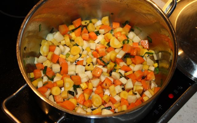 Der Gemüseeintopf muss etwa 30 Minuten lang kochen