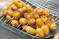 Leckere Kartoffelspieße vom Grill.