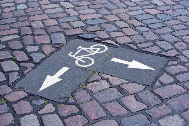 Beachte gekennzeichnete Fahrradwege, um Unfälle mit dem Fahrrad zu vermeiden.