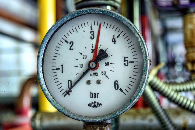 Der Reifendruck wird mit einem Druckmessgerät oder Manometer ermittelt.