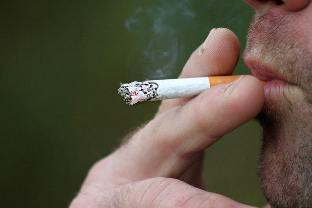 Wenn du gesundes Zahnfleisch haben möchtest, solltest du unbedingt auf das Rauchen verzichten.