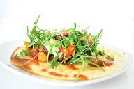 Tortilla mit Gemüse und Rucola